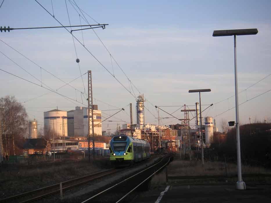 grosses Bild zeigen: Westfalenbahn fährt in den Bahnhof Lage ein