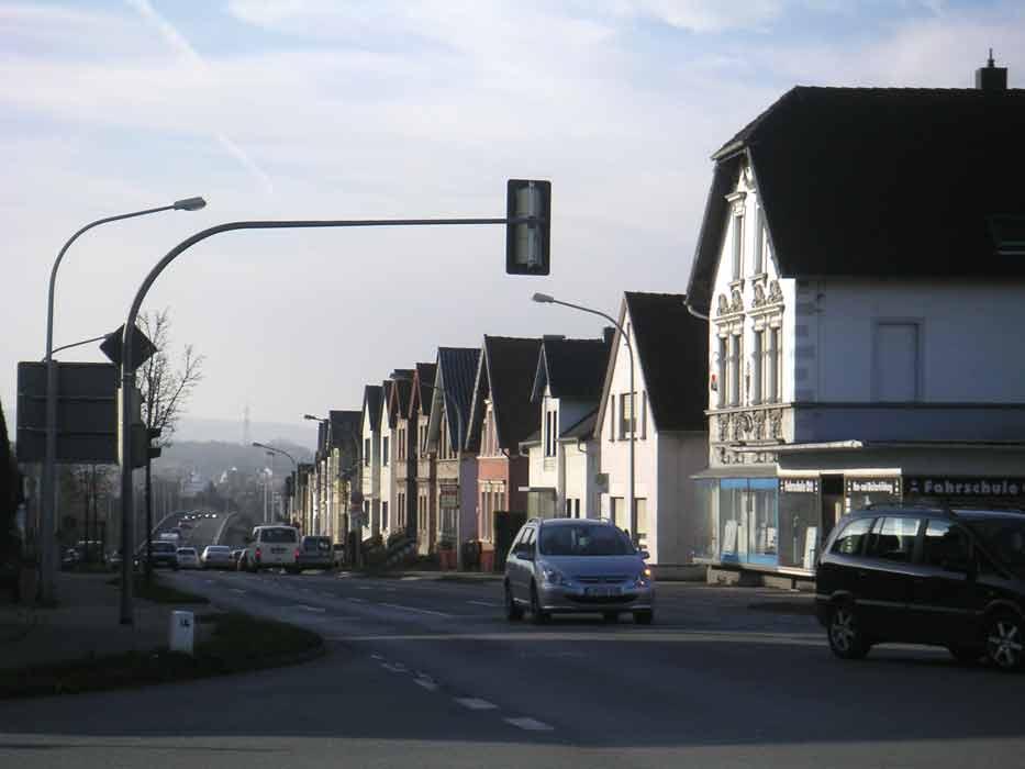 grosses Bild zeigen: Ein bischen großstädtisch sieht sie schon aus, die Häuserzeile hinter zur Hochbrücke.