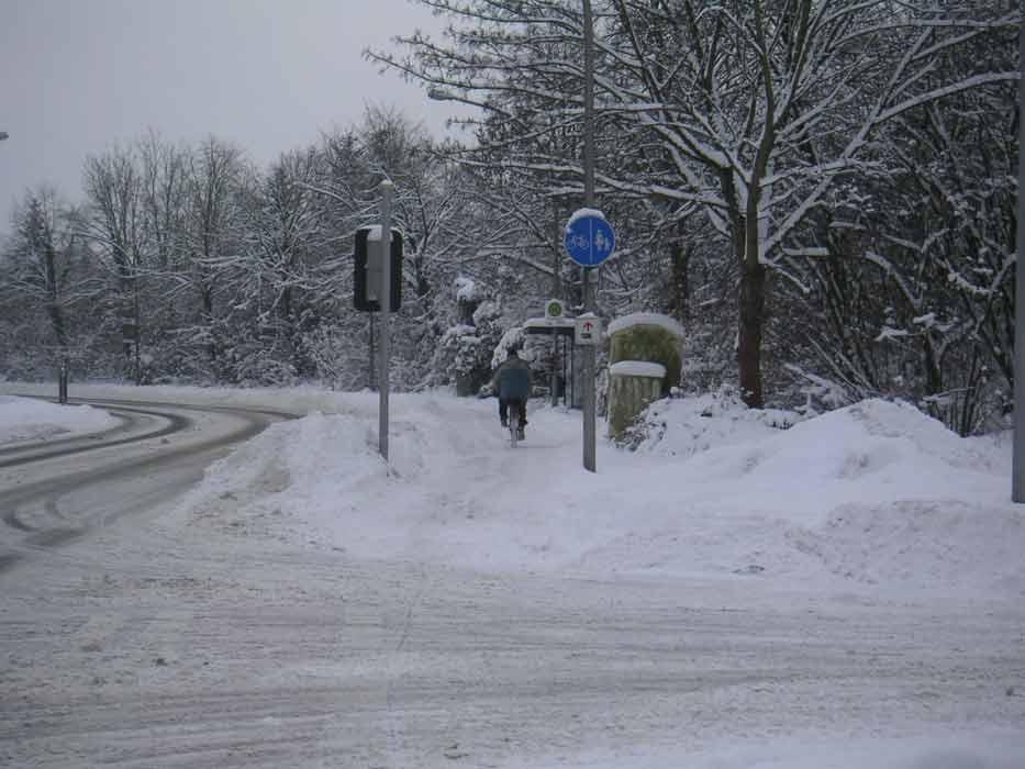 grosses Bild zeigen: Es geht auch im Winter - Radfahrer auf der Stauffenbergstrasse