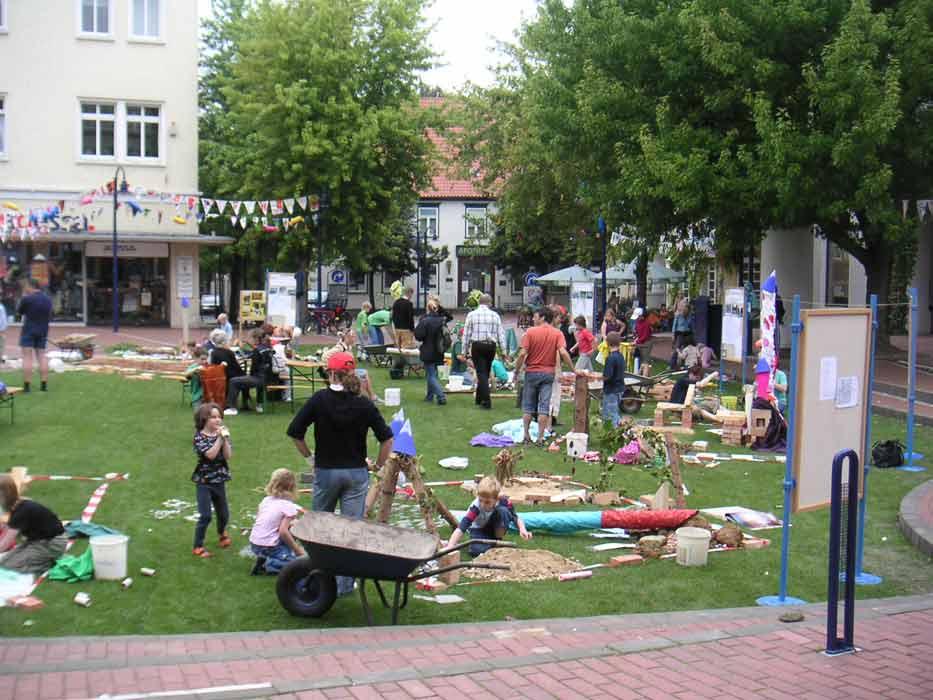 grosses Bild zeigen: Der Marktplatz in Kinderhand